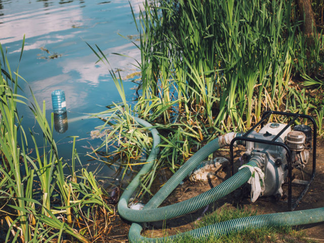 pompe d'irrigation dans un cours d'eau (Adobe stock) Image d'illustration